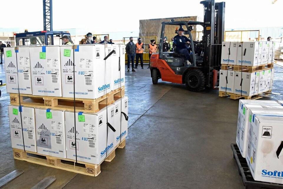 Arribaron al país cargamentos de AstraZeneca y Pfizer, por un total de 982.390 dosis