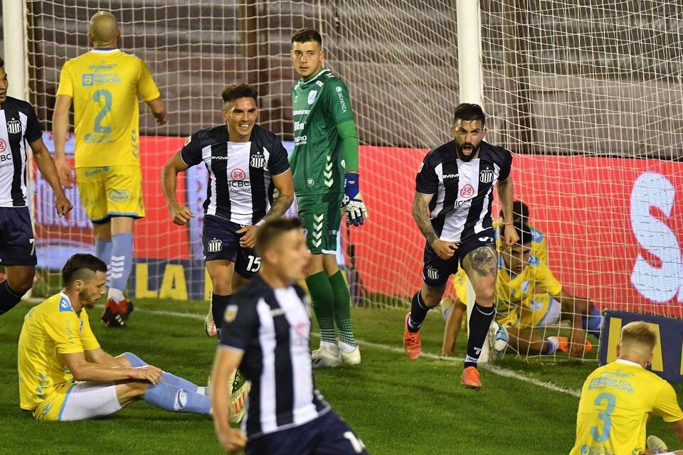 El puntero de la Liga eliminó a Temperley con un doblete del uruguayo Santos