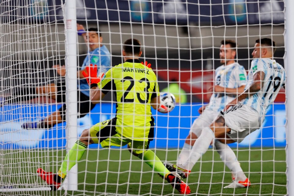 El arquero fue figura en su primera vez ante los hinchas argentinos